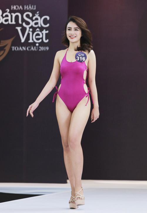 Thí sinh Trần Thị Tuyết Nhi biết cách chọn đồ tắm có kiểu dáng, màu sắc thu hút tạo cảm giác thân hình quyến rũ hơn.