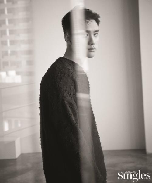 Trong bài phỏng vấn có chủ đề Hai khuôn mặt của Do Kyung Soo, thành viên EXO chia sẻ về cuộc sống của một người sắp tròn 27 tuổi cùng những trải nghiệm trong nghề ca hát, đóng phim.