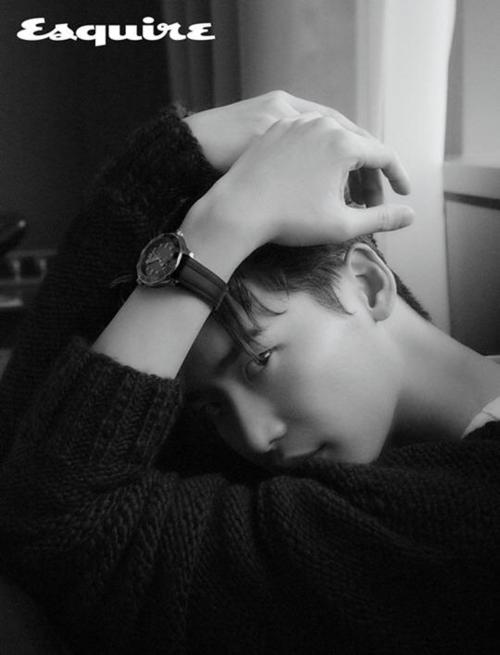 Từng là người mẫu trước khi đóng phim, Lee Jong Suk dễ dàng thể hiện nhiều tư thế tạo dáng ấn tượng.