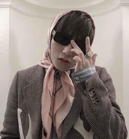 Nhiều khán giả bày tỏ sự khó hiểu với cách dùng phụ kiện không liên quan của Sơn Tùng. Chiếc khăn màu hồng quấn quanh đầu khiến anh chàng bị so sánh với các bà thím, làm mất đi nét nam tính của bộ đồ.