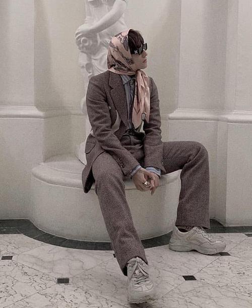 Khá im ắng trong các hoạt động showbiz gần đây nhưng trên địa hạt thời trang, Sơn Tùng vẫn là cái tên nổi bật. Nam ca sĩ thường xuyên khoe những bộ cánh ấn tượng với cách mix độc đáo, dát hàng hiệu từ đầu đến chân. Tuy nhiên không ít trong số đó gây tranh cãi vì lối kết hợp quá khác lạ, thậm chí có phần nữ tính. Bộ đồ suit đi kèm khăn trùm đầu mới đây là một ví dụ.