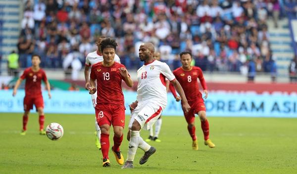 Nguyễn Quang Hải (số 19) của Việt Nam trong trận đối đầu Jordan.
