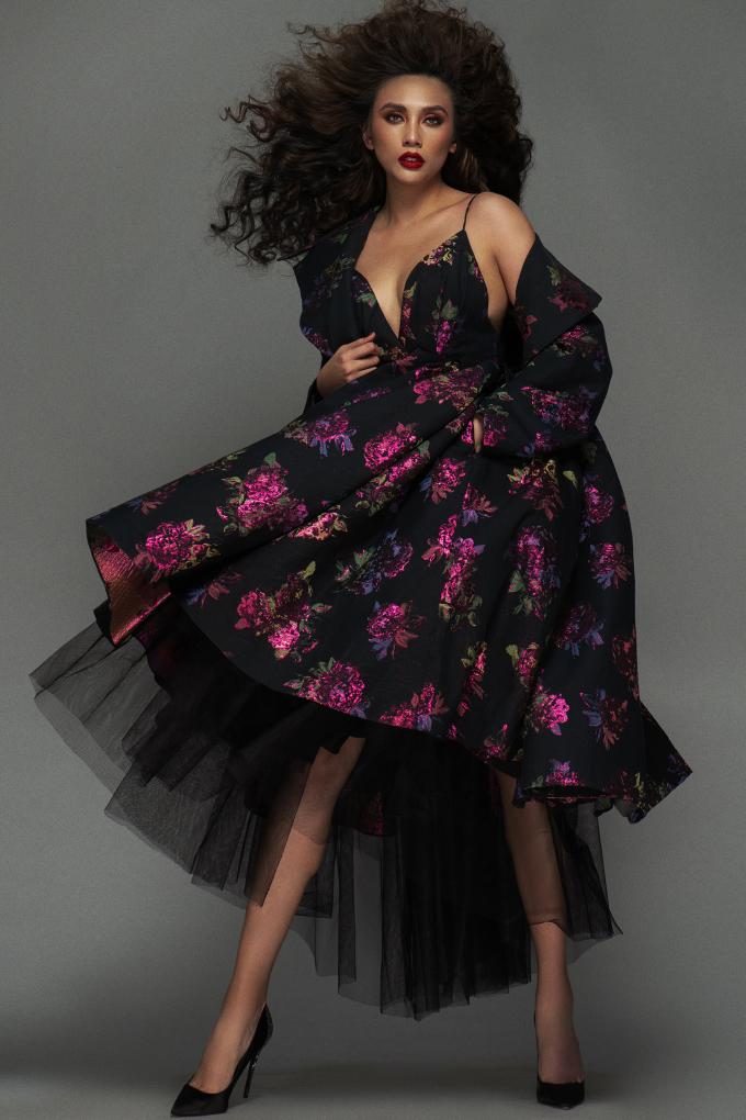 <p> Siêu mẫu cũng chinh phục được những thiết kế họa tiết trên nền đen mang phong cách sang trọng.</p>