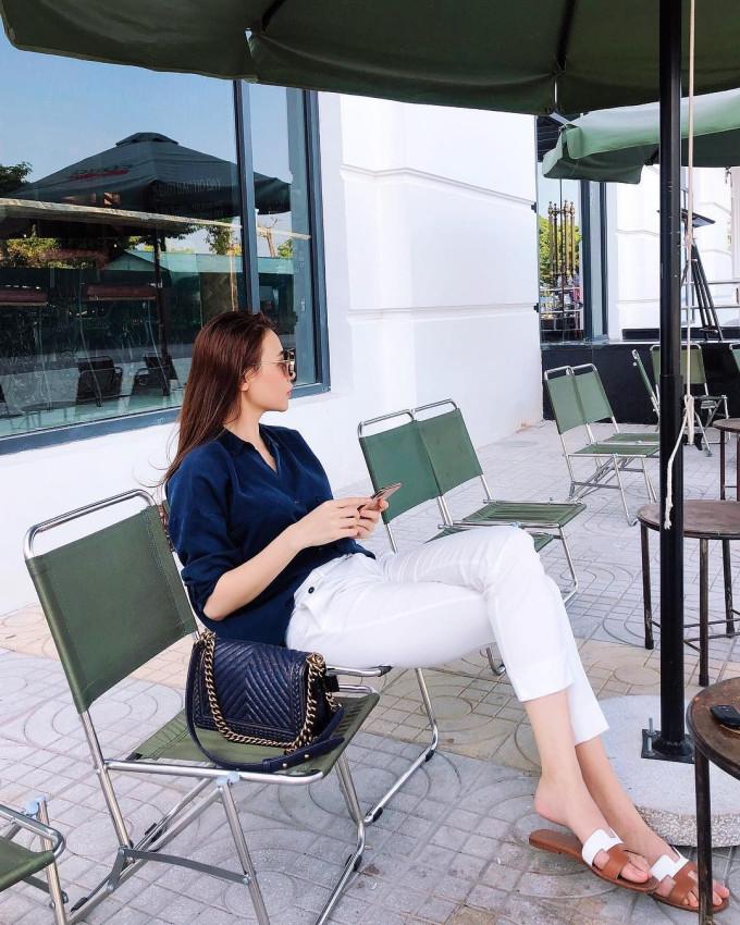 """<p> Hôm 20/1, Đàm Thu Trang làm <a href=""""https://ione.net/photo/viet-nam/hanh-trinh-yeu-nhanh-cuoi-som-cua-dam-thu-trang-cuong-do-la-3871142.html"""">lễ ăn hỏi với Cường Đô La</a> sau hơn một năm tìm hiểu, gắn bó. Vợ sắp cưới của Cường Đô La là một cô gái có phong cách thời trang trẻ trung, đơn giản. Cô chuộng công thức phối jeans cùng sơ mi và dép bệt.</p>"""