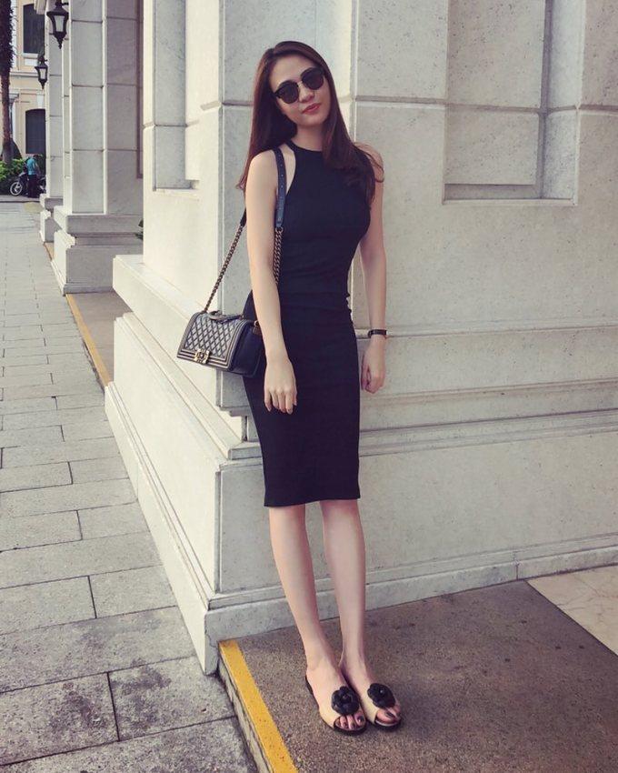 <p> Người đẹp sinh năm 1989 thỉnh thoảng diện váy dài ôm sát cơ thể, khoe vẻ sexy.</p>
