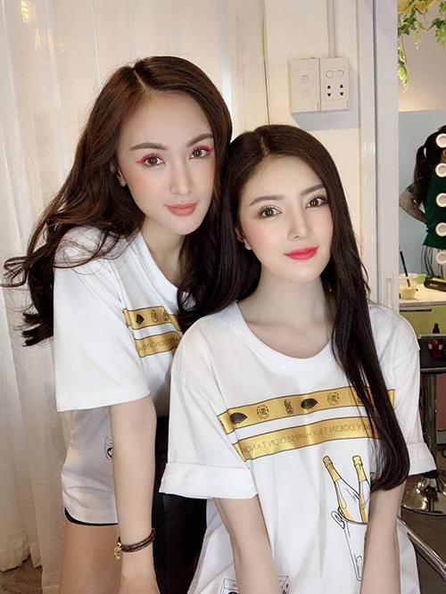 Kelly Nguyễn và Lilly Luta khi diện cùng một kiểu áo trông chẳng khác gì chị em sinh đôi.