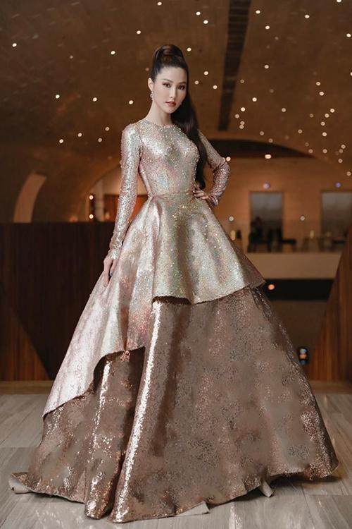 Diễm My 9x xinh như công chúa trong chiếc váy bồng bềnh đính kim sa.