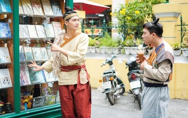Trấn Thành lần đầu kết hợp với đàn em Quốc Anh trong bộ phim điện ảnh mang màu sắc hài dân gian Trạng Quỳnh. Diện đồ cổ trang, cả hai có những phút giây xuyên không hài hước, khám phá những nét văn hóa ngày Tết Việt Nam.