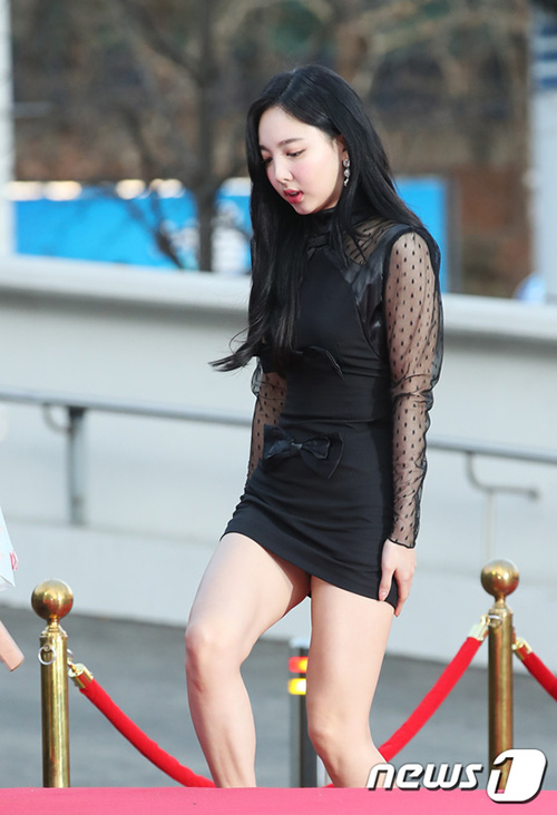 Váy quá ngắn khiến Na Yeon gặp khó khăn khi lên cầu thang, liên tục giữ váy để tránh hớ hênh.