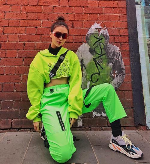Quỳnh Anh Shyn không ngại mặc cả cây xanh chóe. Cách kết hợp như cô nàng rất dễ thành thảm họa, tuy nhiên hot girl cho thấy mình là một fashionista cao tay.