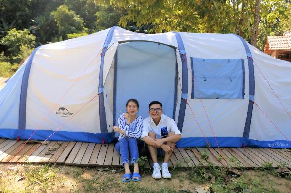 Bạn có thể lựa chọn trải nghiệm ngủ đêm ngoài trời bằng những chiếc lều được Orchard Home Resort bố trí sẵn.