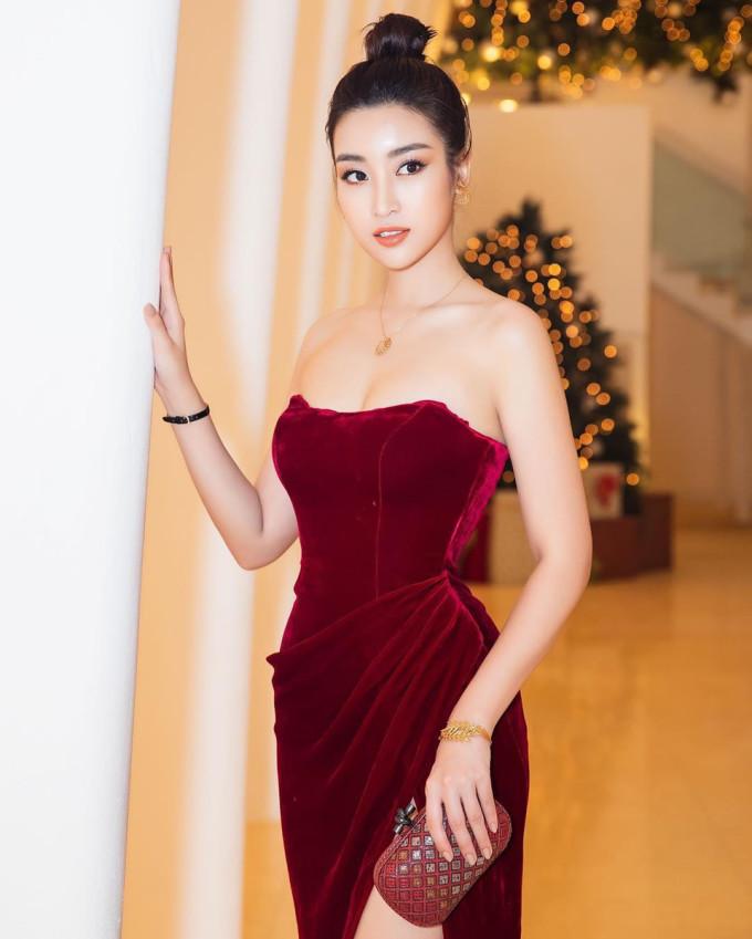 <p> Xuất kiện trong một sự kiện mới đây, Đỗ Mỹ Linh gây ấn tượng khi diện bộ đầm nhung gam màu đỏ rượu, kiểu dáng cúp ngực gợi cảm. Lợi thế vóc dáng nuột nà được khai thác triệt để khi mỹ nhân sinh năm 1996 diện thiết kế này.</p>