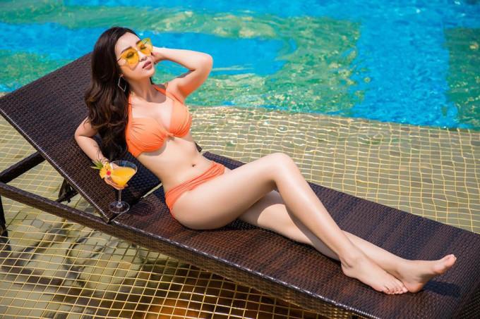 <p> Trên Instagram, Mỹ Linh cũng chia sẻ những hình ảnh cô mặc bikini khoe đường cong nóng bỏng. Mỹ Linh cao 1,71m và có số đo ba vòng là 87-61-94.</p>