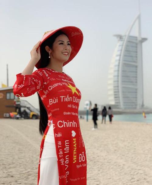 Ngọc Hân trực tiếp có mặt ở Dubai để cổ vũ đội tuyển Việt Nam. Cô còn mặc áo dài in tên các cầu thủ trong đội.