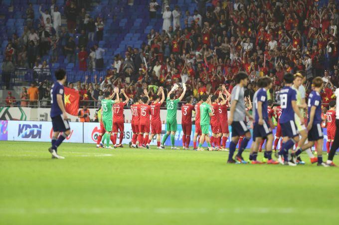 <p> Những cái chào, cái bắt tay diễn ra. Dù phải về nước sau trận tứ kết những gì thầy trò ông Park Hang-seo thể hiện ở 5 trận đấu vừa qua vẫn xứng đáng là niềm tự hào không nhỏ.</p>