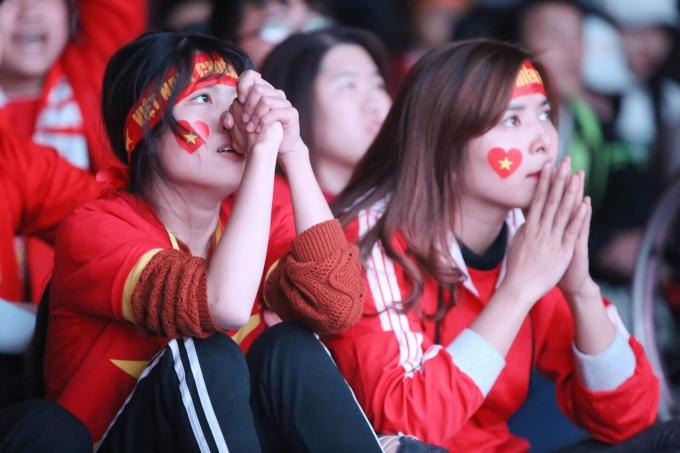"""<p> Nhiều CĐV nữ đã cầu nguyện cho các chàng trai """"Rồng Vàng"""" trước một đối thủ được đánh giá là """"khổng lồ"""" như Nhật Bản.</p>"""