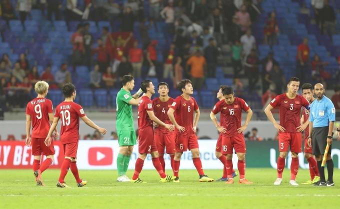 <p> Sau 90 phút thi đấu ở trận tứ kết đầu tiên giải Asian Cup 2019, Việt Nam chấp nhận thua Nhật Bản 0-1. Bàn thắng được ghi trên chấm 11m sau khi trọng tài xem lại pha phạm lỗi của tuyển Việt Nam bằng công nghệ VAR. Rời sân cỏ, tuyển Việt Nam vẫn tự hào và ngẩng cao đầu vì đã cống hiến một trận đấu hay.</p>