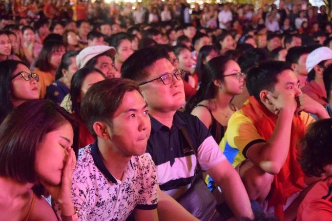 <p> Hàng nghìn người tập trung tại các địa điểm xem bóng đá công cộng thuộc trung tâm thành phố Hà Nội, TP HCM để dõi theo trận đấu.</p>