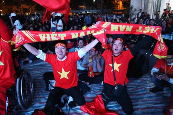 <p> CĐV Việt Nam dõi theo trận tứ kết đầu tiên giải Asian Cup giữa Việt Nam - Nhật Bản tối 24/1. Tinh thần háo hức, kỳ vọng đó đã không bị phụ lòng khi tuyển Việt Nam có một trận đấu hay và kịch tính.</p>