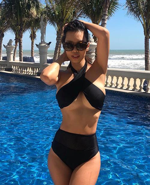 Hà Anh diện bikini cắt khoét táo bạo tôn lên vòng một căng tròn.
