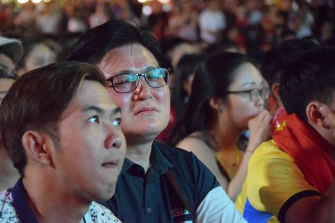 <p> Dù đã cố gắng hết sức, tuyển Việt Nam vẫn phải chấp nhận kết quả thua 1-0, chính thức dừng chân ở giải đấu. Nhiều CĐV bày tỏ sự tiếc nuối khi bật khóc tại chỗ.</p>