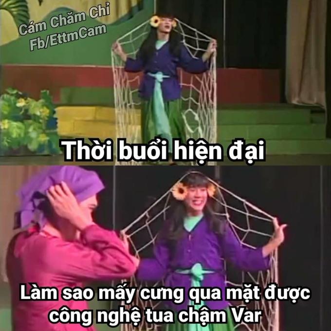 <p> Sau khi may mắn tránh được một bàn thua oan ở hiệp 1, sang hiệp 2, cũng vì có VAR, Việt Nam bị phạt penalty, dẫn đến pha thủng lưới đầu tiên.</p>