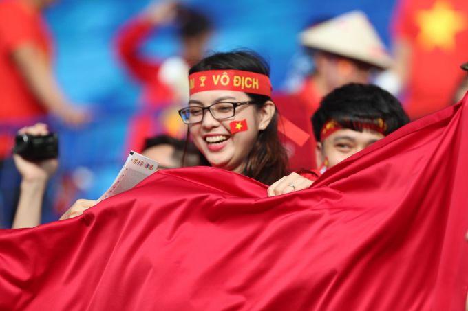 Phụ huynh tuyển thủ Việt hồi hộp trên khán đài trận tứ kết Việt Nam - Nhật Bản