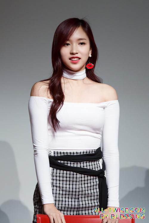 Đường nét cơ thể của Mina rất thích hợp để mặc những chiếc áo trễ vai, giúp tôn thêm nét đẹp phần thân trên của cô.