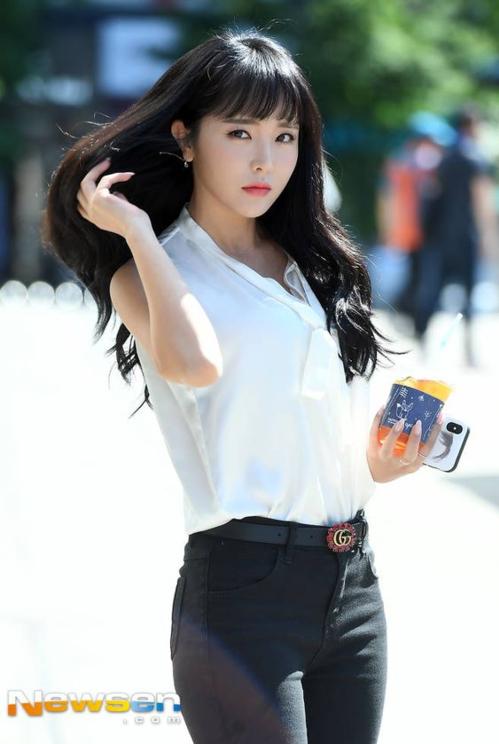 Nữ ca sĩ nhạc trot (nhạc truyền thồng dành cho người cao tuổi ở Hàn) từng gây sốc khi tiết lộ có bố là giáo sư danh dự của Khoa Kinh tế tại Đại học Chosun. Ông được biết đến như một thành viên của Ủy ban Kiểm toán Thường trực của Ngân hàng và là chủ tịch thường trực của Diễn đàn Chính sách Mới. Trong một chương trình truyền hình, Hong Jin Young tiết lộ hồi nhỏ, bố đã bảo cô mở ví của mình ra và có thể lấy bao nhiêu tiền tiêu vặt mà mình muốn.