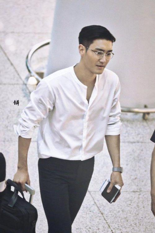 Si Won là nhân vật khiến nhiều người ghen tỵ khi xuất thân từ gia tộc quyền quý lại còn có ngoại hình và nhan sắc đỉnh cao. Choi Siwon có bố là Chủ tịch hội đồng quản trị hệ thống siêu thị lớn nhất Hàn Quốc, đồng thời là Giám đốc điều hành hãng dược phẩm nổi tiếng Boryung. Bên cạnh đó, mẹ của nam thần 31 tuổi sở hữu nhiều thương hiệu thời trang trong nước. Thành viên Super Junior còn còn có xuất thân hoàng tộc danh giá. Theo đó, bố của nam thần tượng là cháu chính tộc của vua Cheoljong còn mẹ của nghệ sĩ này là hậu duệ của vua Hyojong. Hai hoàng đế này đều là những nhân vật nổi tiếng của triều đại Joseon.