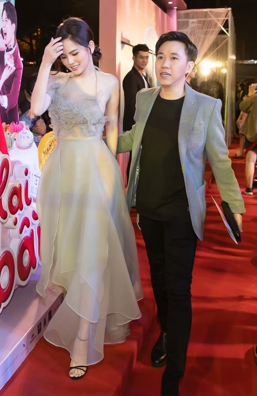 Anh Đức và bạn gái tin đồn - Thánh nữ Mì gõ Phi Huyền Trang kho diện đồ đồng điệu. Trong phim, hai người vào vai vợ chồng và có một cậu con trai.