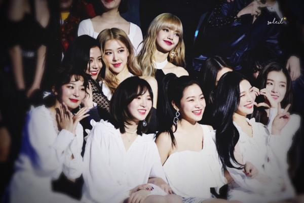 Dội hình toàn gái xinh của Red Velvet - Black Pink.