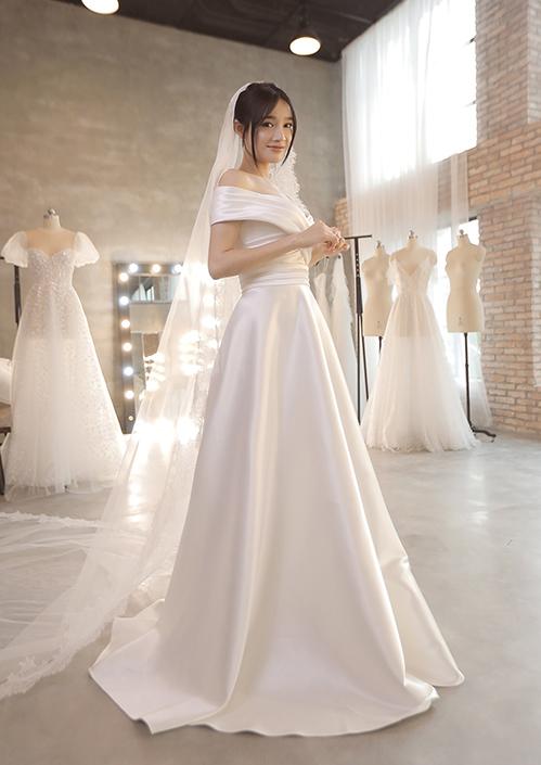 Không khó nhận ra bộ váy của Hari Won là một trong số những thiết kếđược Nhã Phương diện trong tiệc cưới với Trường Giang.