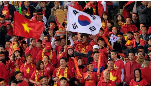 Fox Sports đăng tải hình ảnh người hâm mộ Việt Nam sang UAE cổ vũ đội tuyển.