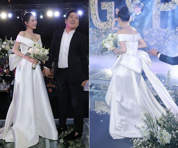 Tuy nhiên khi làm hôn lễ, nữ diễn viên được đính thêm nơ to bản phía sau đuôi váy, giúp trang phục thêm lộng lẫy, tạo hình ảnh như một nàng công chúa.