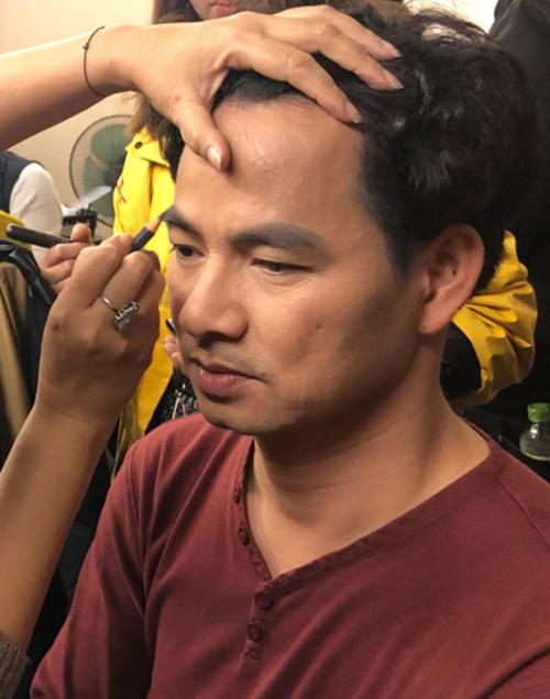 Nghệ sĩ Xuân Bắc được hóa trang kỹ lưỡng. Anh có 16 năm gắn bó với vai Nam Tào trong series Táo Quân.