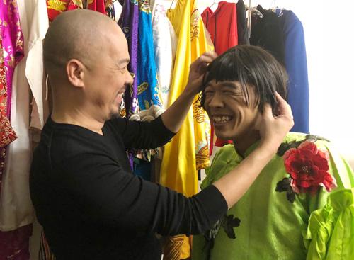 NTK Đức Hùng đội tóc giả cho Trung Ruồi.