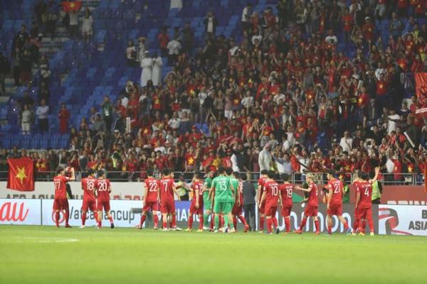 Tuyển thủ Việt Nam cảm ơn người hâm mộ trên khán đài.