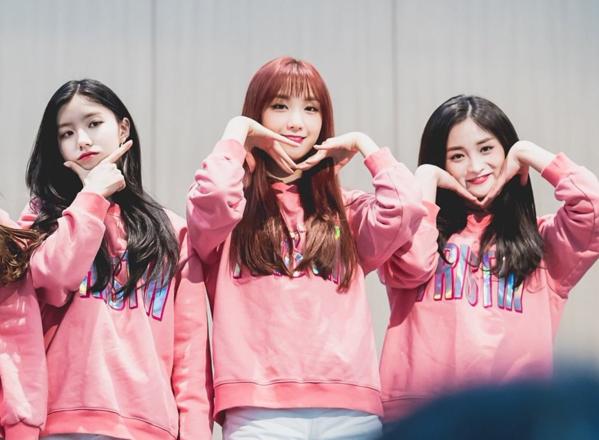Xi Yeon - Roa - Kyul Kyung là ba thành viênnổi tiếng nhất Pristin nhờ nhan sắc đồng đều. Trong số ba cô nàng, Xi Yeon được gọi là công chúa Pledis bởi công ty luôn ưu ái push hơn hẳn các thành viên khác.