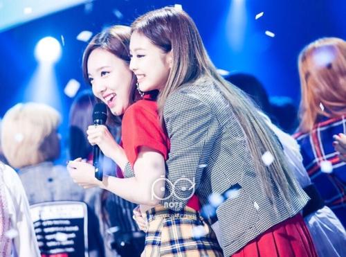 Sau này, hai cô nàng bận rộn hơn nên luôntranh thủ gặp nhau tại các chương trình âm nhạc. Bức ảnh Jennie ôm Na Yeon từ phía sau trên sân khấu Inkigayo tháng 11/2016từng gây sốt mạng xã hội.