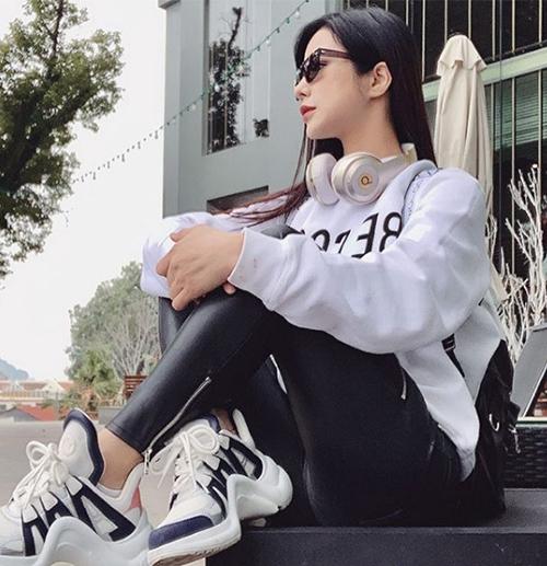 Sau khi sinh con, độ bắt trend của Diệp Lâm Anh vẫn không hề giảm phong độ. Chân dài rất nhanh nhạy với các item đúng mốt từ những thương hiệu cao cấp và nhanh chóng bổ sung vào tủ đồ.