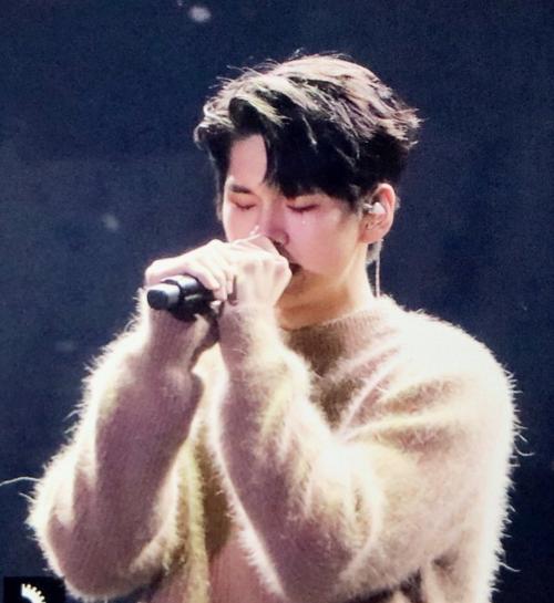 Ong Seong Woo rưng rưng xúc động trong phần trình diễn solo Please.