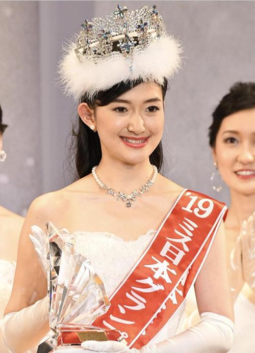 i đưa tin, người đẹp 21 tuổi, cao 1m66 - Watarai Aiko là chủ nhân vương miện danh giá Hoa hậu Nhật Bản năm 2019. Trải qua nhiều vòng thi như trình diễn áo tắm, dạ hội, ứng xử, người đẹp vùng Aichi được đánh giá cao hơn hẳn 12 đối thủ khác và giành ngôi vị cao nhất. Cô hiện là sinh viên năm nhất khoa Giáo dục của đại học Tokyo danh tiếng, có sở trường là tiếng Pháp và chơi sáo. Lúc rảnh rỗi, Watarai Aiko thích bơi lội, học hát và học nghệ thuật.