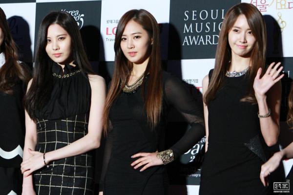 Bộ ba mở đầu cho khái niệm triplets visual của Kpop chính là Seo Hyun - Yuri - Yoon Ah (SNSD). Mỗi lần bộ ba này đứng cạnh nhau, fan khó có thể rời mắt được bởi họ quá nổi bật.Yoon Ah luôn được ca ngợi là tường thành với nhan sắc trong sáng hợp gu người Hàn.Seo Hyun gây ấn tượng với vẻ đẹp phúc hậu, thánh hiện còn Yuri lại hút fan nhờ gương mặt sắc sảo, quyến rũ.
