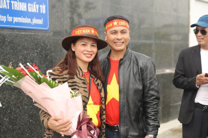 """<p> Bố mẹ của tiền vệ Quang Hải rạng rỡ đón con ở sân bay. Nói về kế hoạch đón Tết, bố nam cầu thủ cho hay: """"Gia đình sẽ đón Tết bình thường như mọi năm. Hải sẽ ở nhà quây quần với mọi người, đón cái Tết ấm áp, tình cảm là chính"""".</p> <p> Mẹ của """"Messi Việt Nam"""" dành những lời khen có cánh khi nhận xét về HLV Park Hang-seo: """"Ông Park là người giàu tình cảm, dễ mến và đáng yêu"""".</p>"""