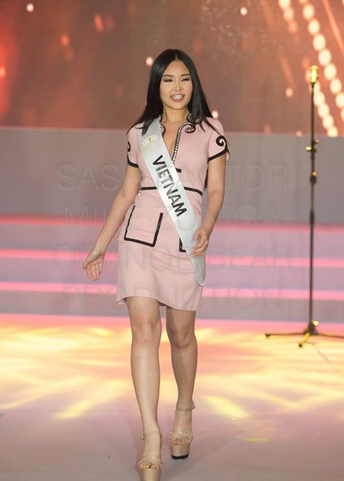 """<p> Chiều 10/1, Ngân Anh và hơn 70 thí sinh tham dự hoạt động đầu tiên của Miss Intercontinental là ra mắt truyền thông Philippines.Tại sự kiện, Ngân Anh diện bộ đầm """"kín cổng cao tường"""" gam màu nude, hô vang """"Việt Nam"""" khi giới thiệu bản thân.</p>"""