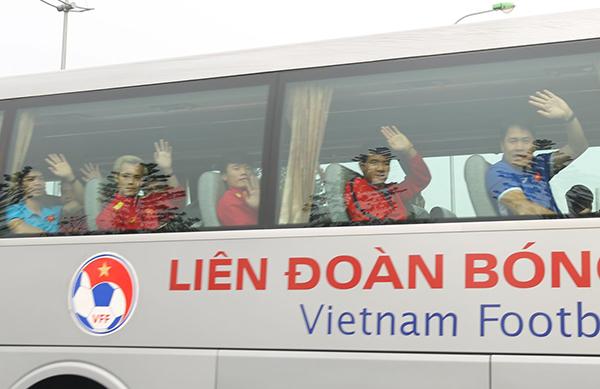 Trên xe, các cầu thủ như Công Phượng, Văn Toàn, thủ môn Tiến Dũng, Hà Đức Chinh... tươi cười, vẫy tay chào hàng trăm người hâm mộ đã đứng chờ mình nhiều tiếng đồng hồ.