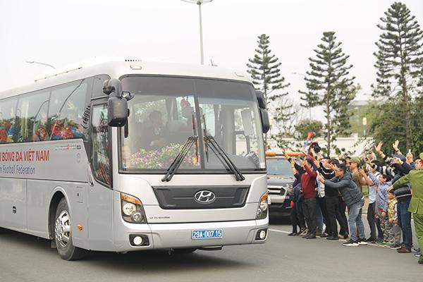 Sau khi đáp chuyến bay về đến Nội Bài chiều 26/1, tuyển Việt Nam nghỉ ngơi một chút ở phòng chờ rồi di chuyển ra xe rời đi. Họ chỉ kịp chào người hâm mộ qua cửa kính.