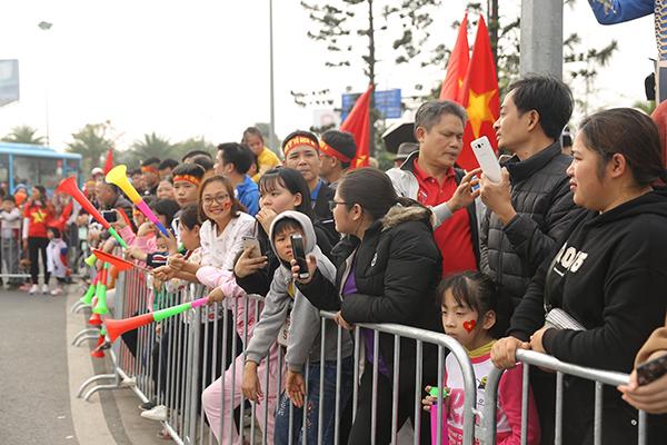 Hàng trăm nguời dõi theo đoàn xe rời khỏi sân bay Nội Bài đầy luyến tiếc. Họ đã có mặt từ trưa để chờ đón các cầu thủ nhưng lại không có dịp gặp gỡ trực tiếp.
