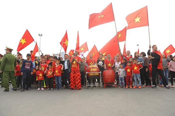 Tuyển Việt Nam chỉ kịp chào người hâm mộ qua cửa kính khi về nước - 2